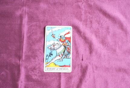 タロットカード・コートカード「ソードのナイト」:向かい風に吹き飛ばされないようするには「足元」のメンテナンスを忘れないこと