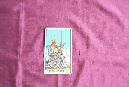 タロットカード・コートカード「ソードのクイーン」:「思考」は「孤独」へと向かっていく