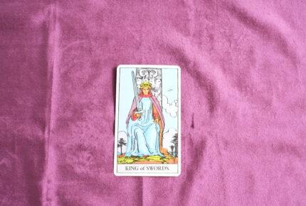 タロットカード・コートカード「ソードのキング」:右でも左でも、あなたの好きな様に