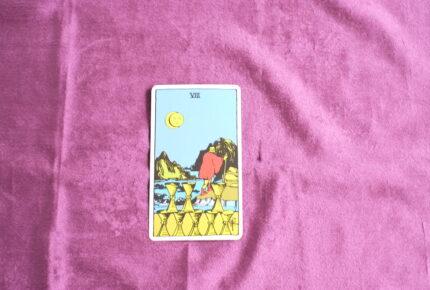 タロットカード・小アルカナ「カップの8」:別れの時は後ろは振り返らない