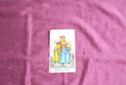 タロットカード・小アルカナ「カップのキング」:王様は決して弱音を吐かない